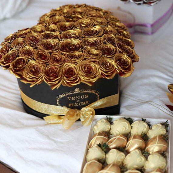 Золотые розы в коробке в форме сердца