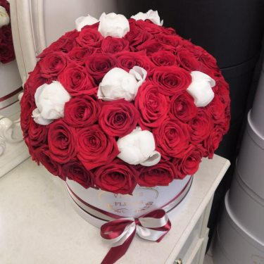 Белые пионы и красные розы