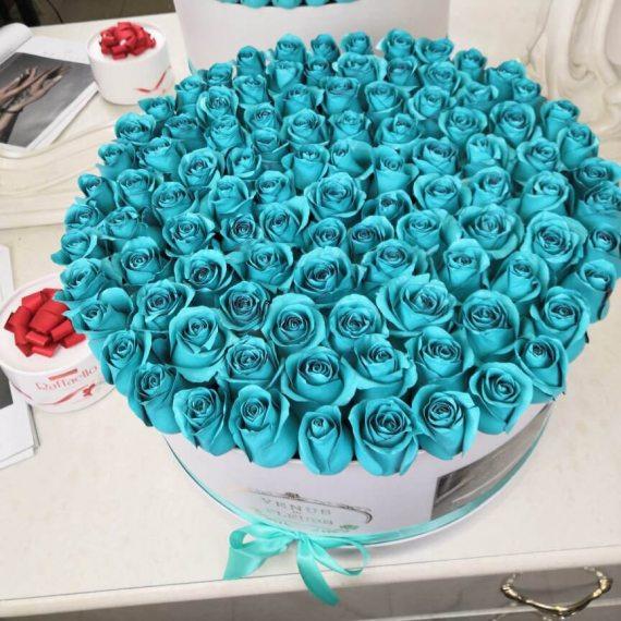 Бирюзовые розы в коробке