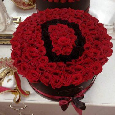 Красные розы с черной буквой