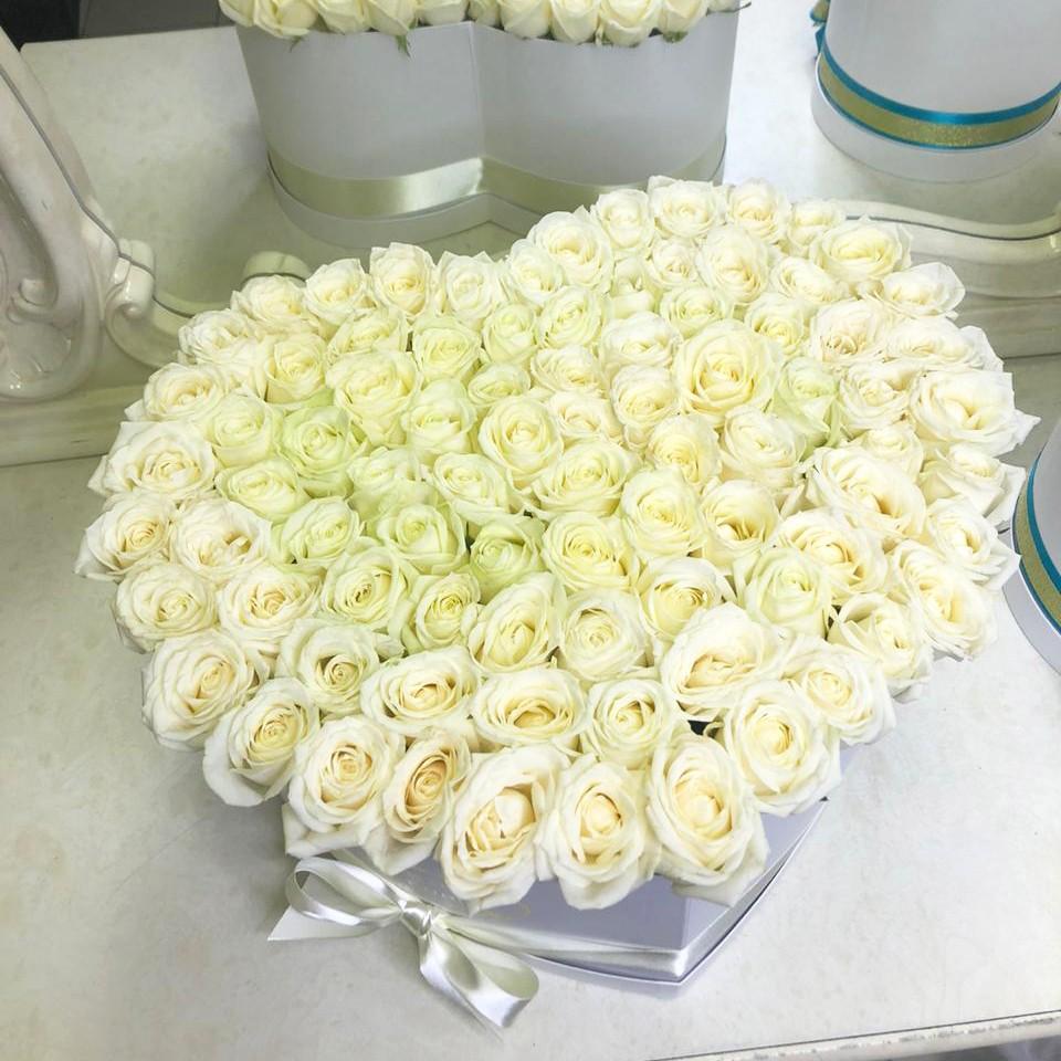 Белые розы в коробке - сердце Розы в коробке Белые