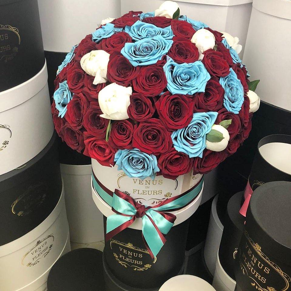 Красно-бирюзовые розы с пионами ВИП букеты Красные Venus in Fleurs