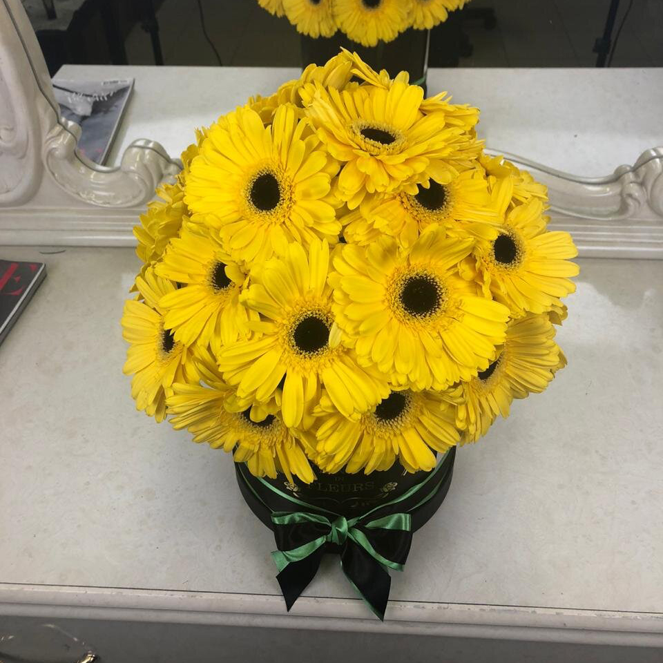 Желтые герберы в коробке Герберы Желтые Venus in Fleurs