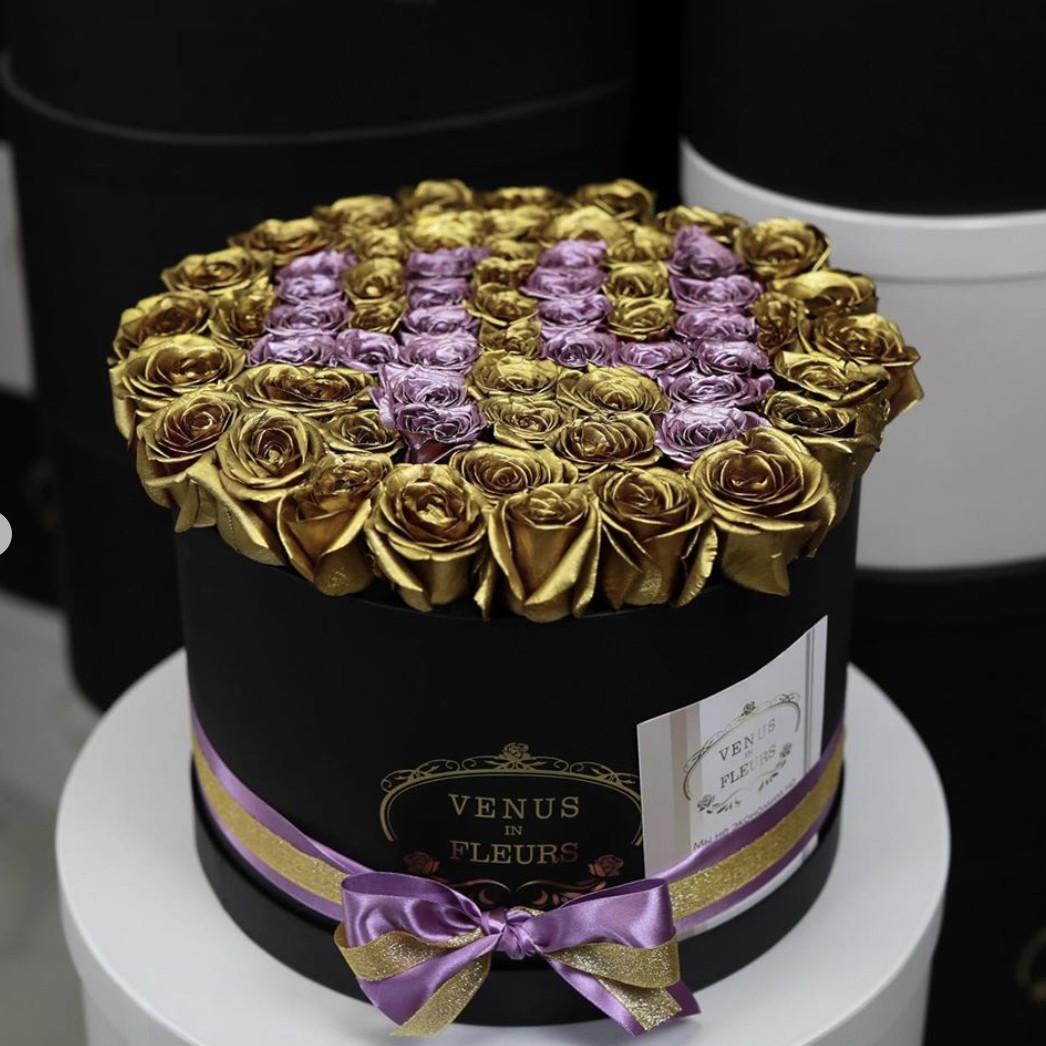 Золотые розы с фиолетовой датой Цветы в коробке Золотые