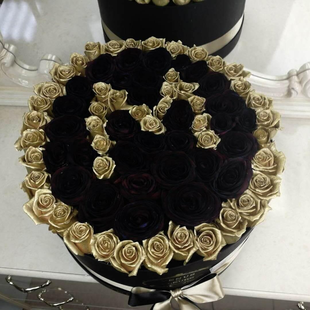 101 черная роза с золотой буквой 101 роза в коробке Золотые Venus in Fleurs