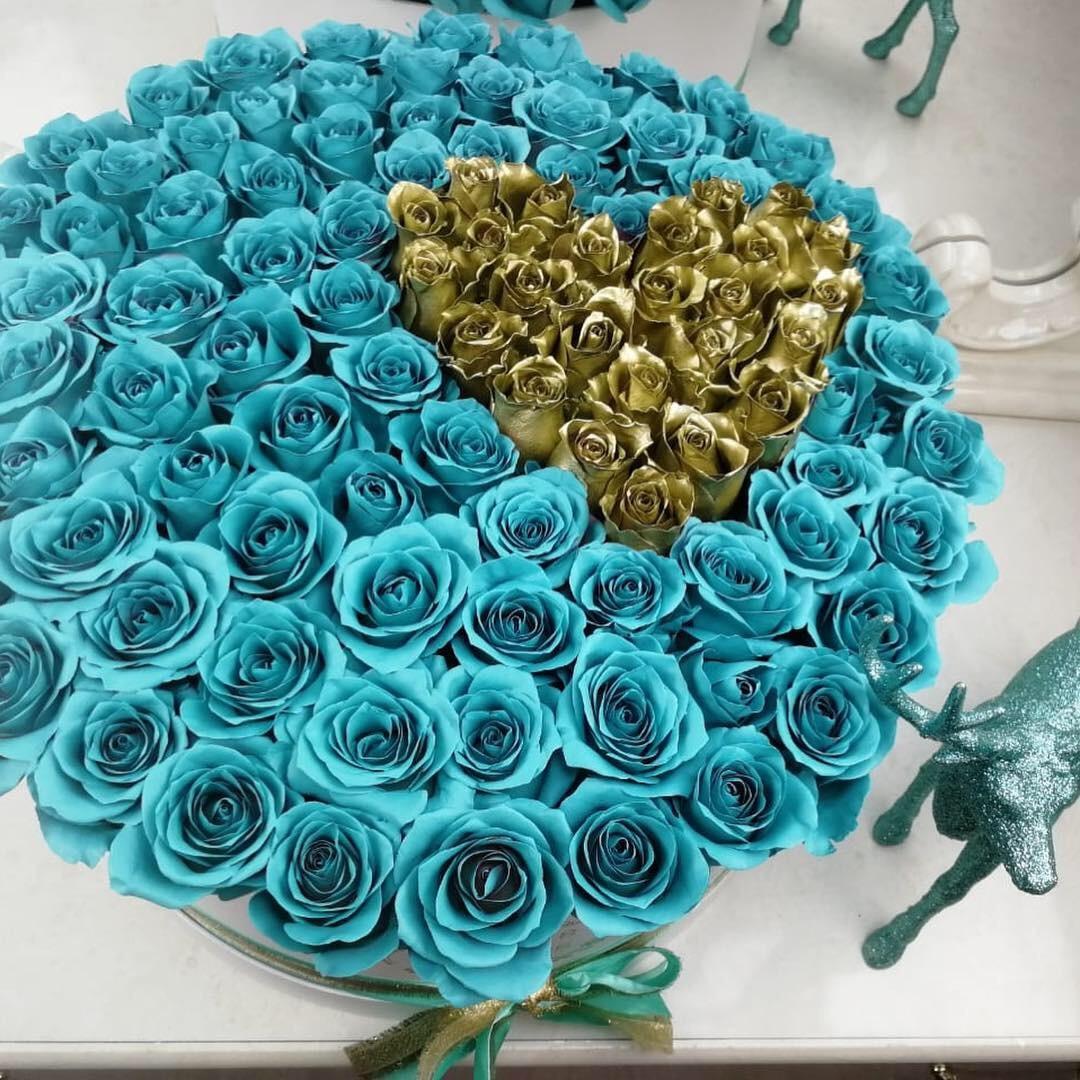 101 голубая роза в золотым сердцем 101 роза в коробке Золотые Venus in Fleurs
