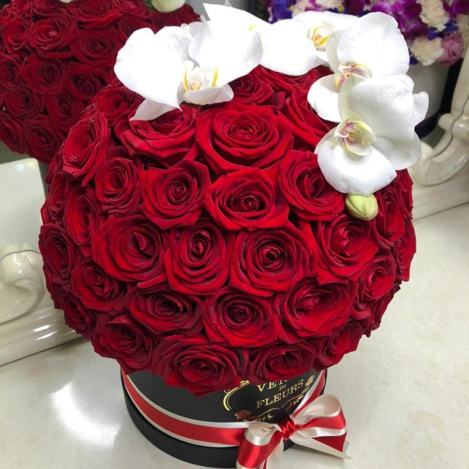 101 красная роза с орхидеей - шар 101 роза в коробке Красные Venus in Fleurs