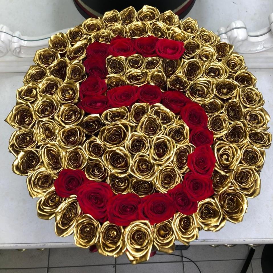 101 золотая роза с красной датой 101 роза в коробке Красные Venus in Fleurs