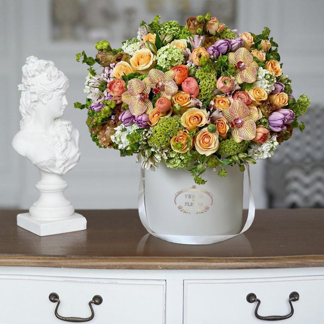Шикарный весенний микс Миксы цветов в коробке Venus in Fleurs