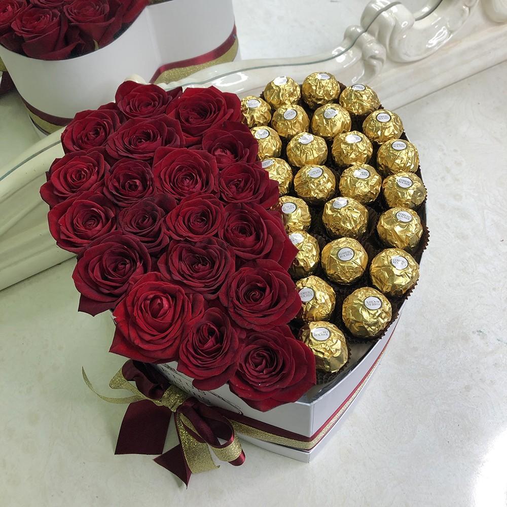 51 красная роза с Ferrero 51 роза в коробке Красные Venus in Fleurs