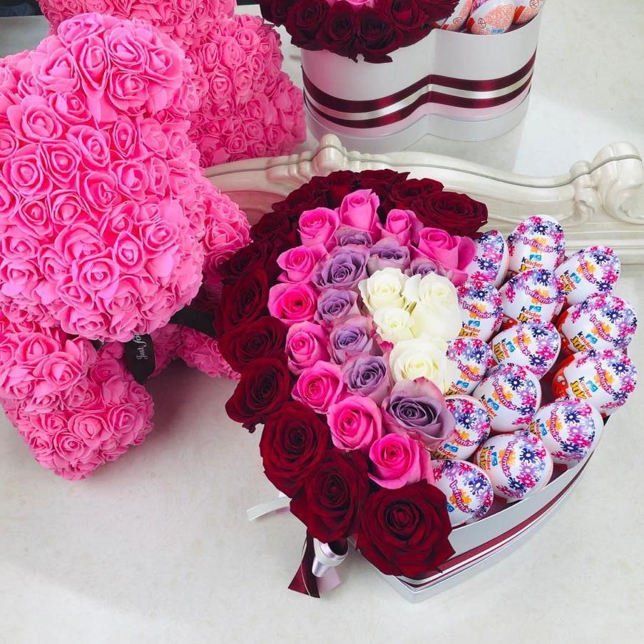 51 нежная радуга с киндерами 51 роза в коробке Красные Venus in Fleurs