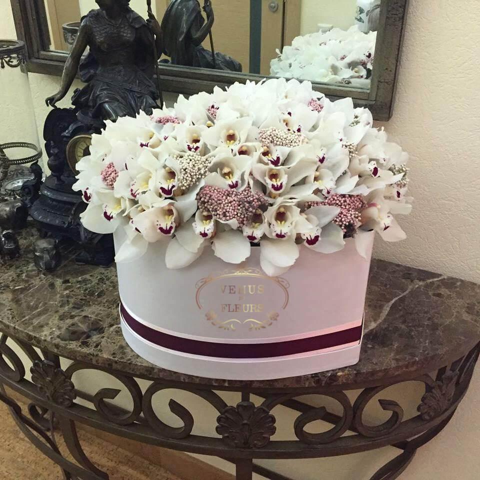 51 орхидея в коробке 51 роза в коробке Белые Venus in Fleurs