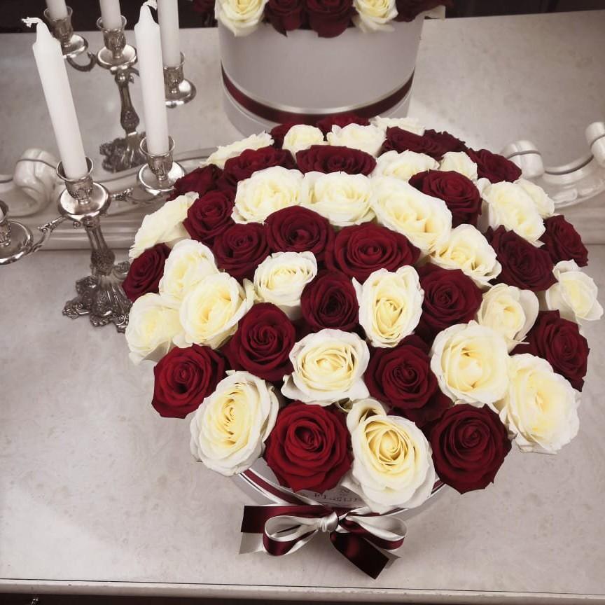 51 красно-белая роза в коробке 51 роза в коробке Красные Venus in Fleurs