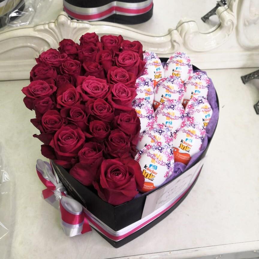 51 малиновая роза с киндерами 51 роза в коробке Venus in Fleurs