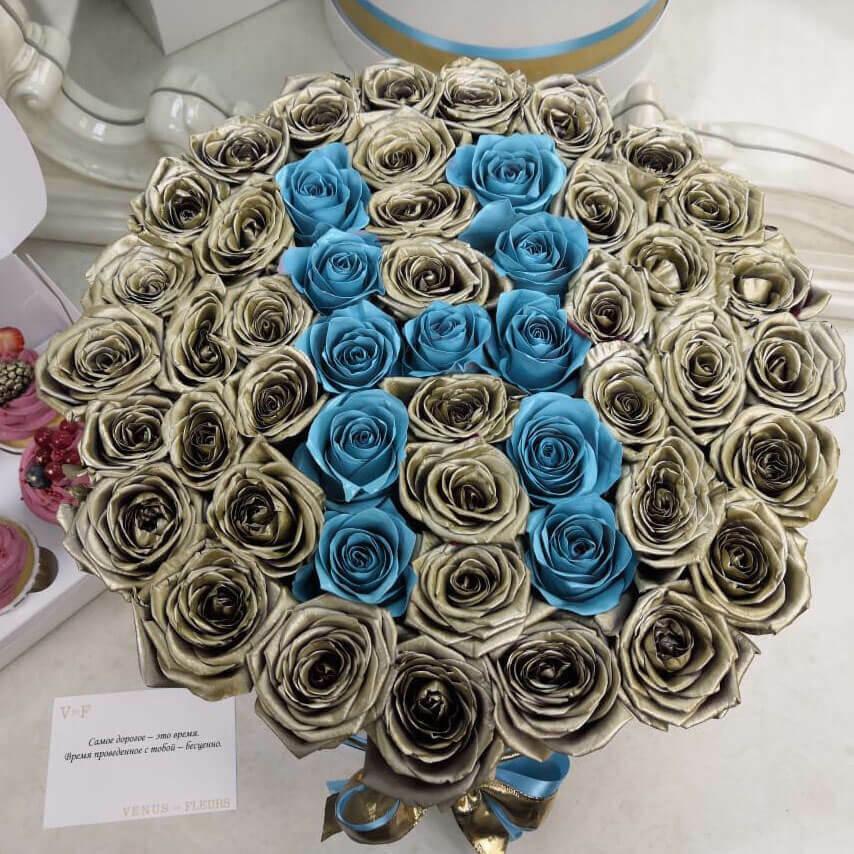 51 золотая роза с голубой буквой 51 роза в коробке Золотые Venus in Fleurs