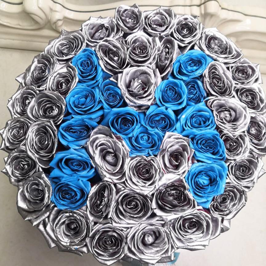 Серебряные розы с фиолетовой буквой Розы в коробке Серебряные Venus in Fleurs