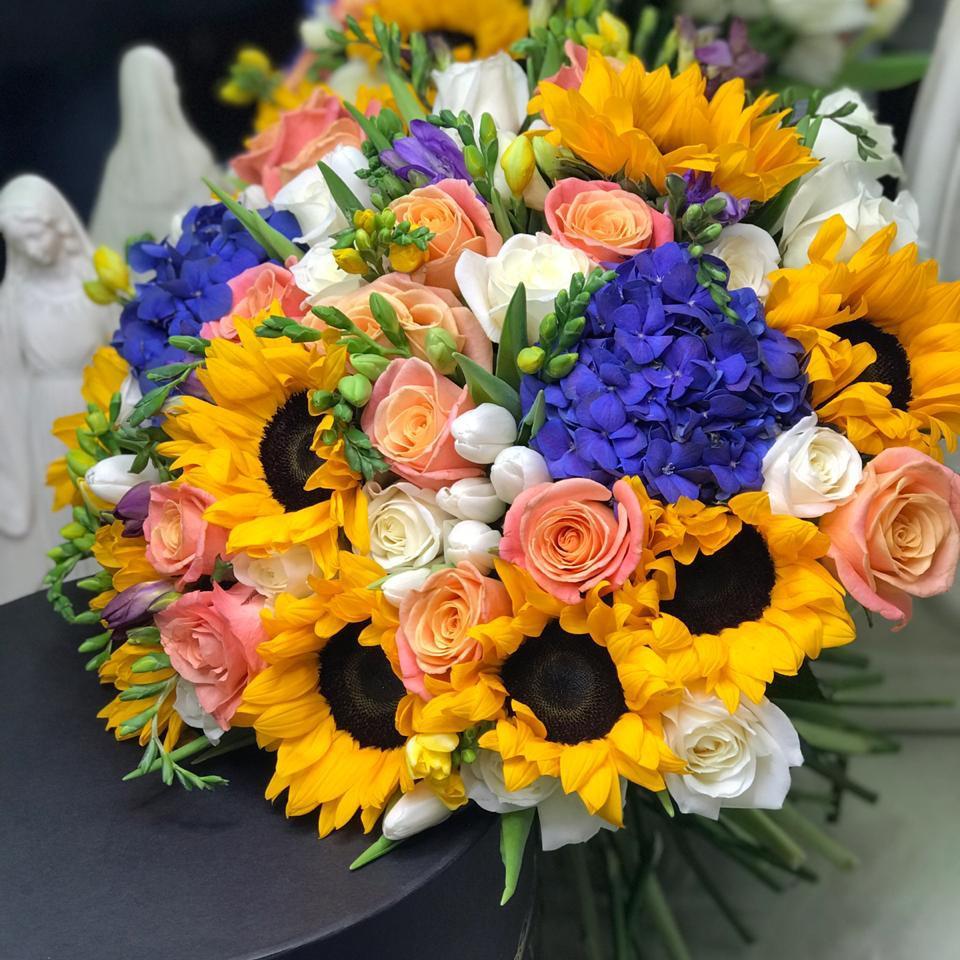 51 роза с подсолнухами в букете Букет из 51 розы Розовые Venus in Fleurs