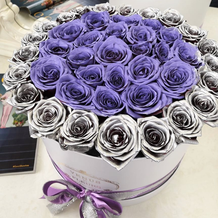 25 фиолетовых роз с серебряной окантовкой 25 роз в коробке Фиолетовые Venus in Fleurs
