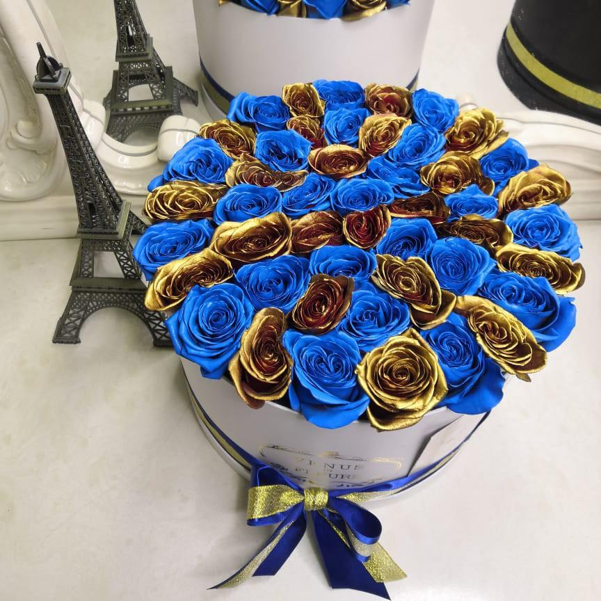 25 сине-золотых роз в коробке 25 роз в коробке Venus in Fleurs