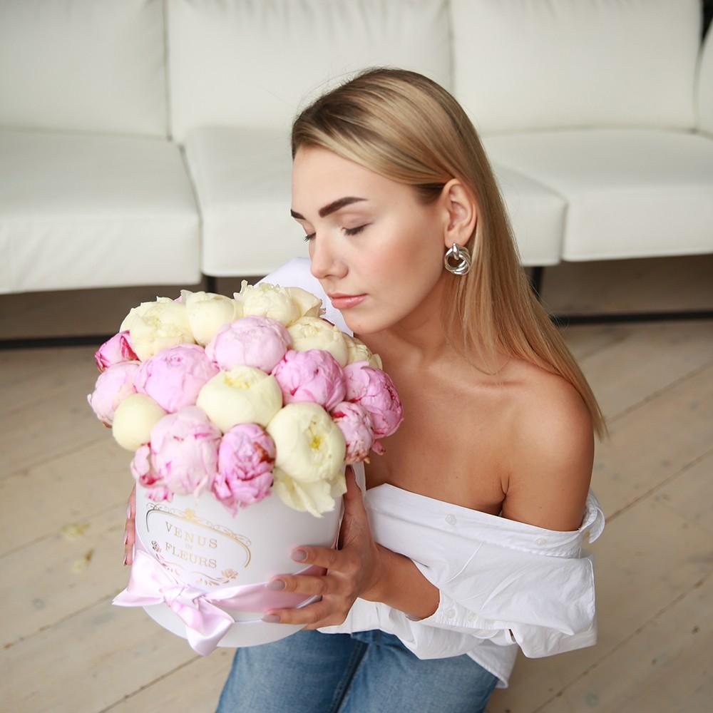 25 бело-розовых пионов в коробке 25 роз в коробке Розовые Venus in Fleurs