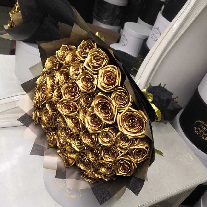 25 золотых роз в букете Букет из 25 роз Золотые Venus in Fleurs