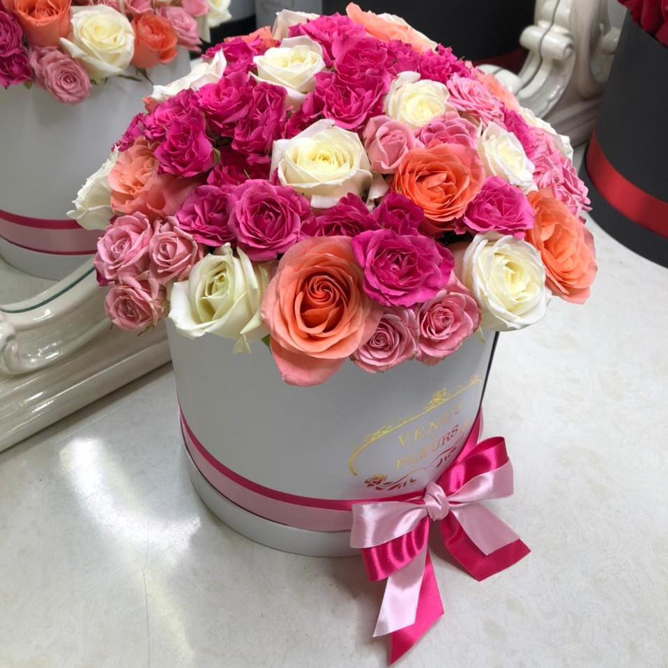 31 кустовая роза - весенний микс 31 роза в коробке Розовые Venus in Fleurs
