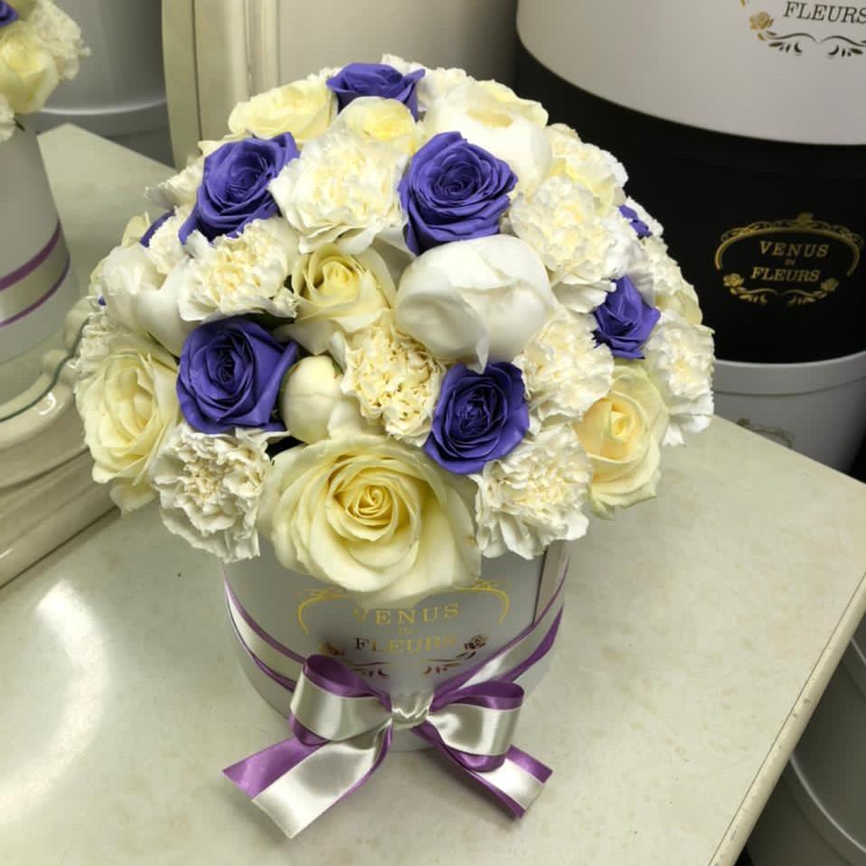Белоснежный микс с синими розами Миксы цветов в коробке Розовые Venus in Fleurs
