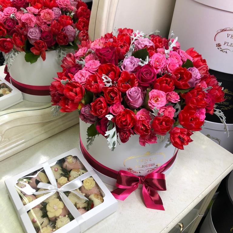 """Композиция """"Мулен Руж"""" с красными тюльпанами Розы в коробке Красные Venus in Fleurs"""