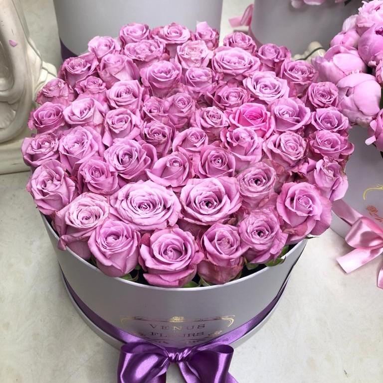Фиолетовые розы в коробке - натуральный цвет Розы в коробке Фиолетовые Venus in Fleurs