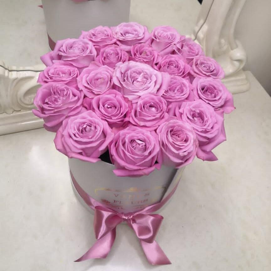 Фиолетовые розы в коробке - натуральный цвет Розы в коробке Розовые