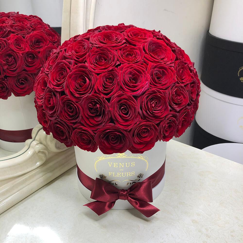 Красные розы в форме шара Розы в коробке Красные Venus in Fleurs