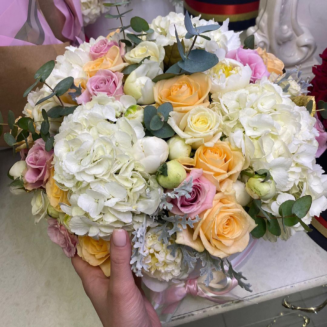 Яркий микс с белыми пионами VIP букеты Розовые Venus in Fleurs