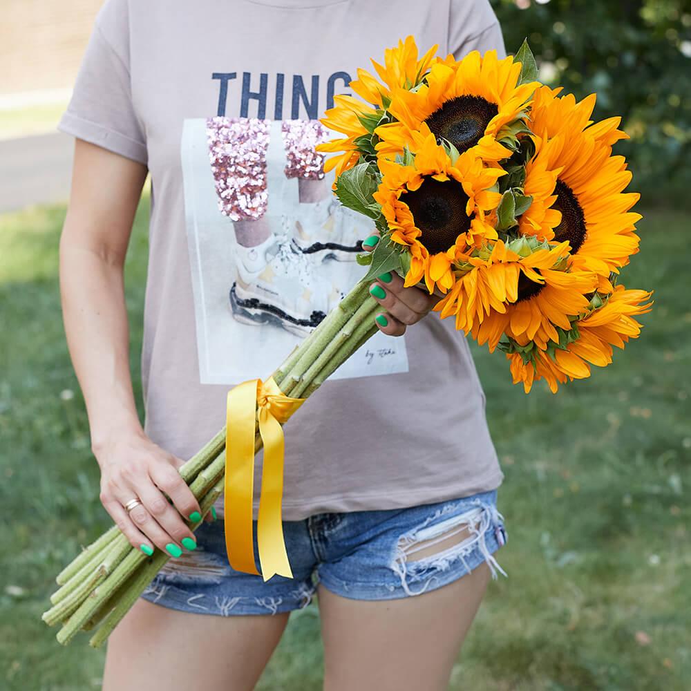 9 подсолнухов в букете Букет из 15 роз Желтые Venus in Fleurs