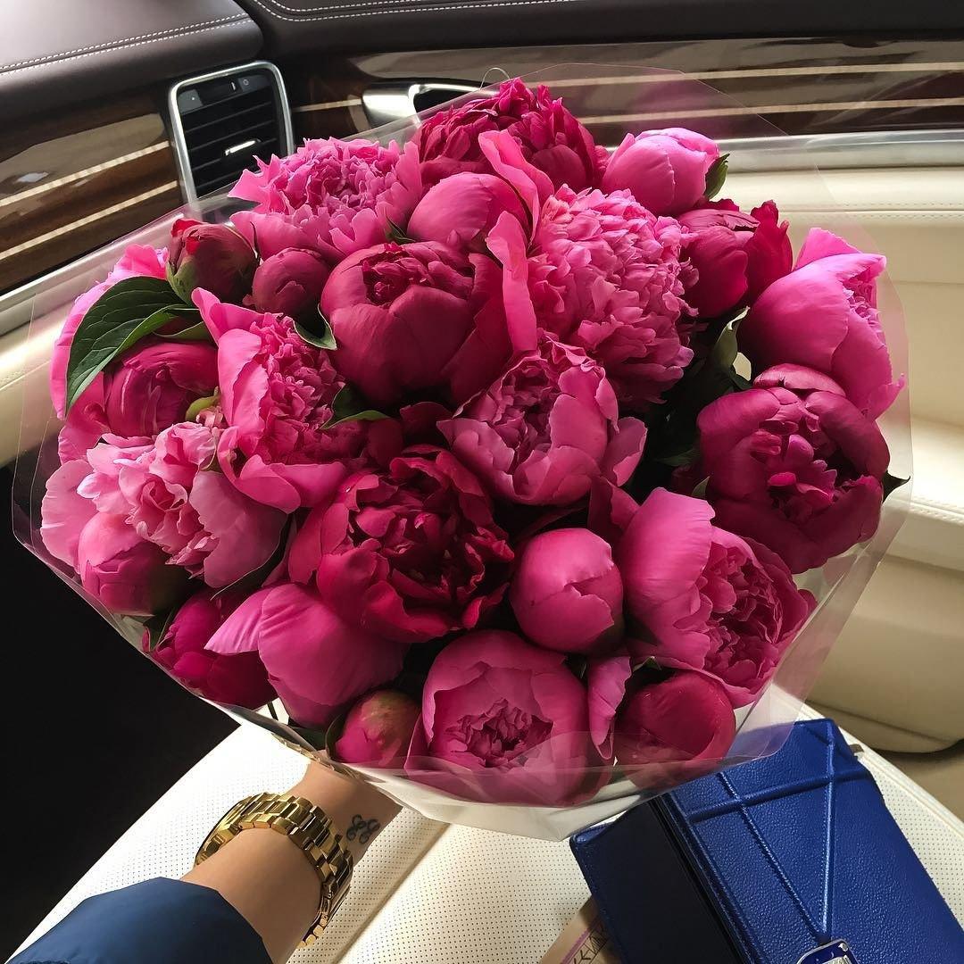 25 розово-бордовых пионов в букете Букет из 25 роз Розовые Venus in Fleurs