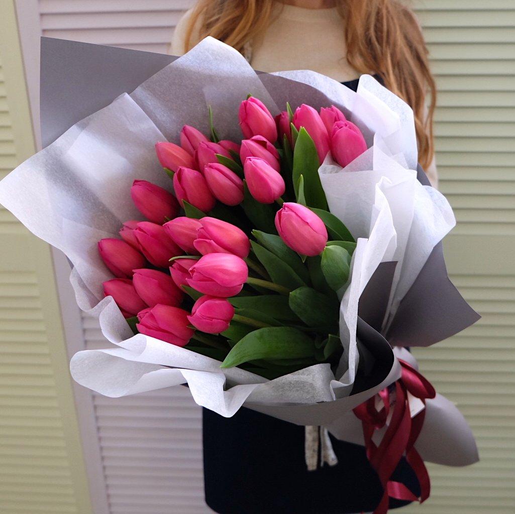 25 малиновых тюльпанов в букете Цветы в коробке Малиновые Venus in Fleurs