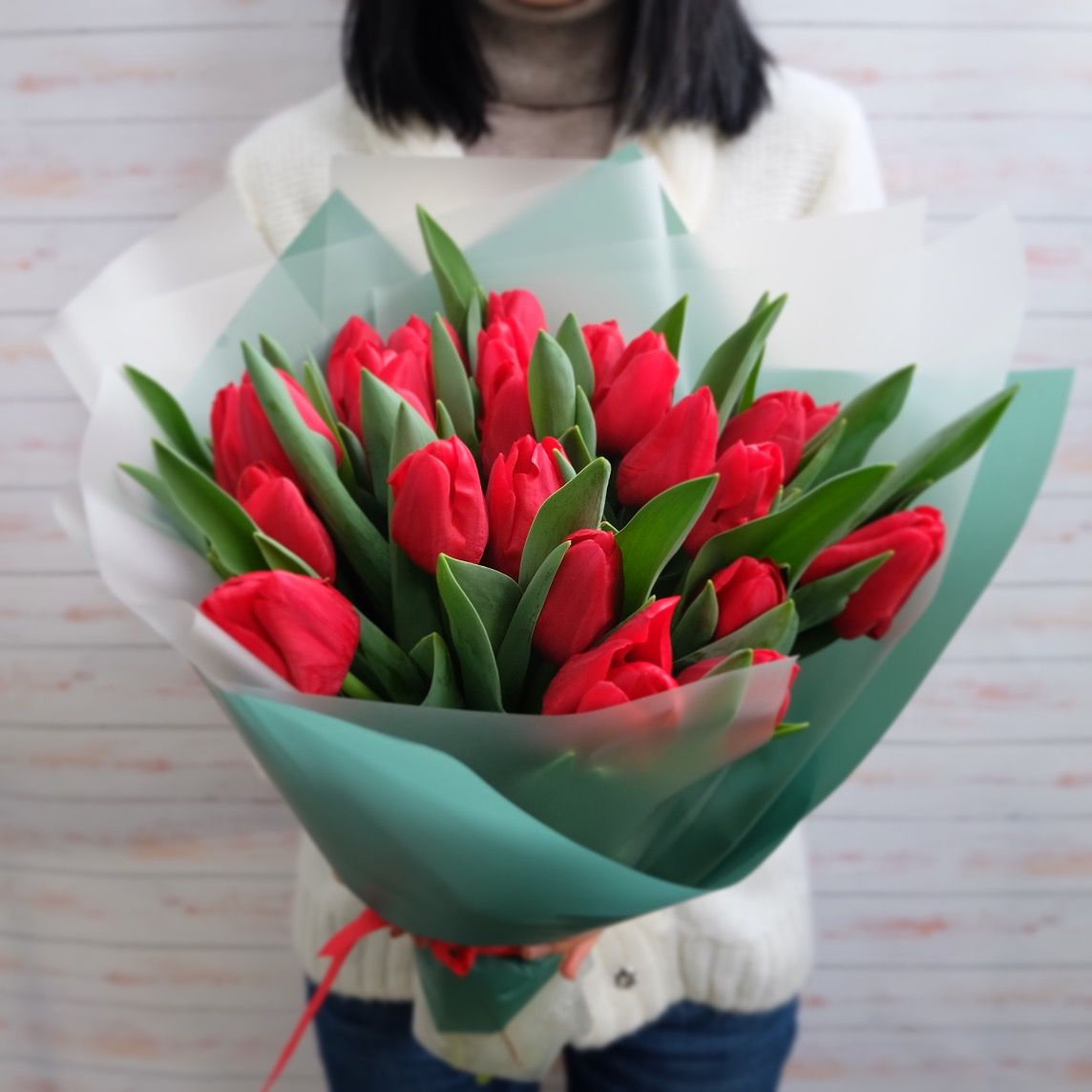 25 красных тюльпанов в букете Цветы в коробке Красные Venus in Fleurs