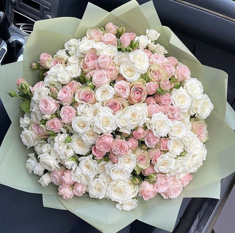 Белые кустовые розы в миксе Бизнес-букеты Розовые