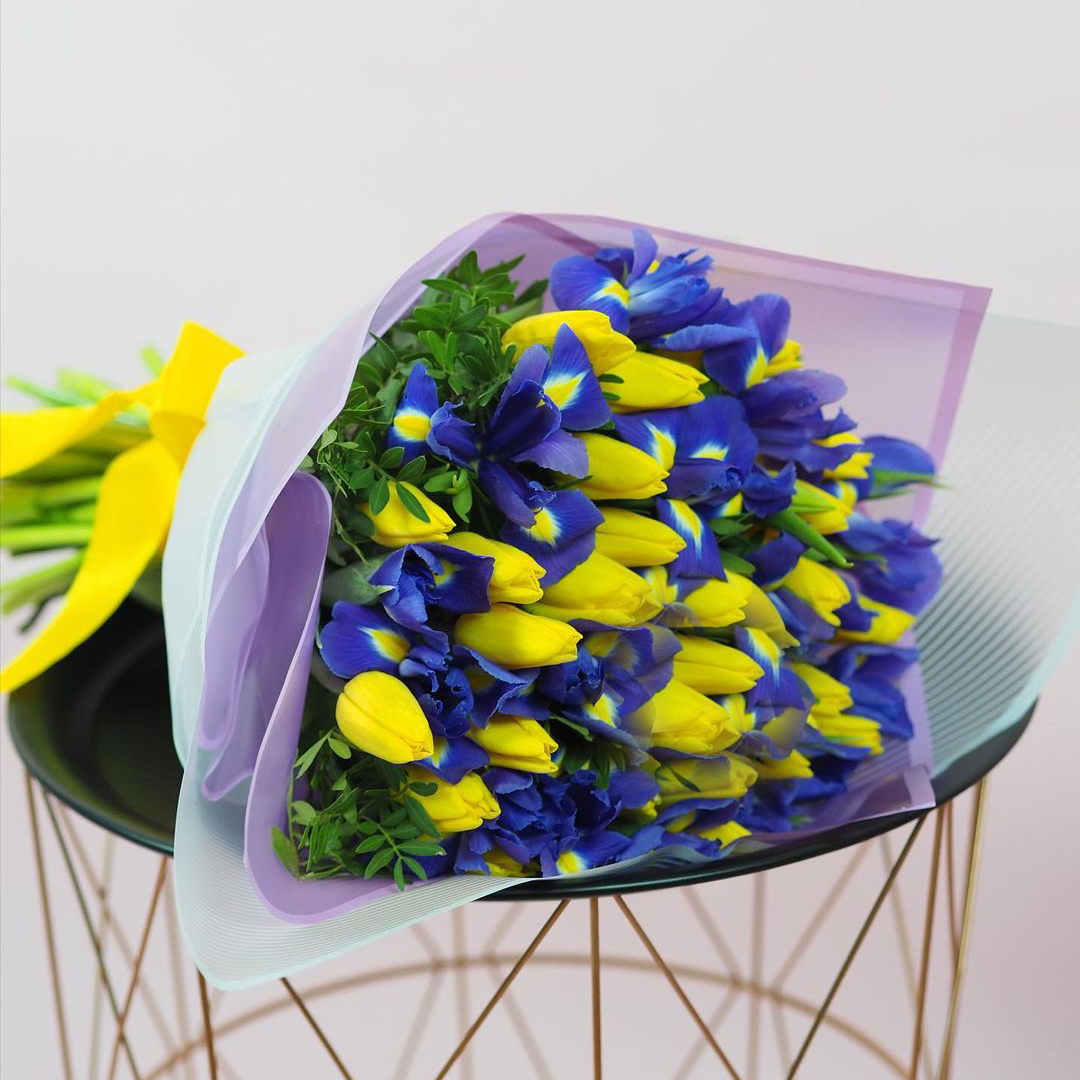 25 желтых тюльпанов с ирисами Букеты Синие Venus in Fleurs