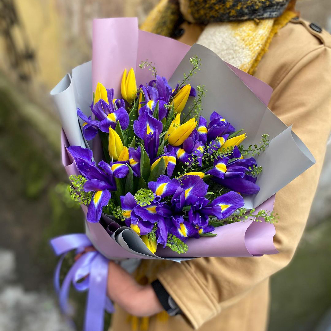 9 желтых тюльпанов с ирисами Букеты Синие Venus in Fleurs