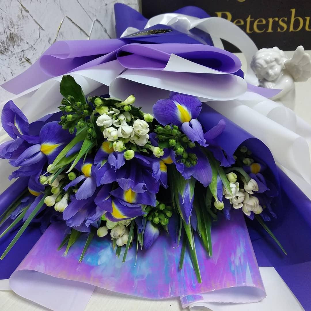 Ирисы и бувардия в букете Букеты Синие Venus in Fleurs