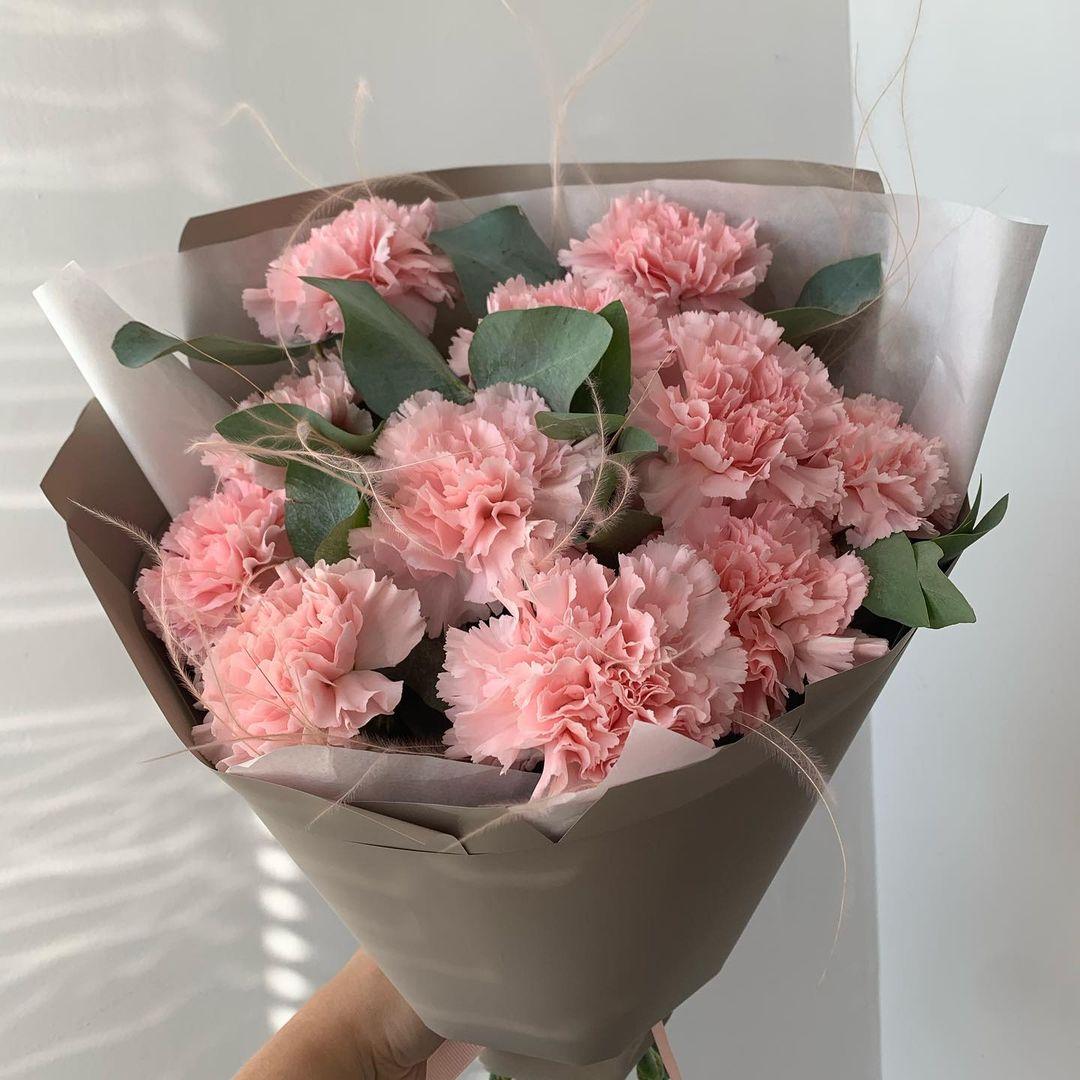 19 нежных гвоздик с эвкалиптом Гвоздики Розовые Venus in Fleurs