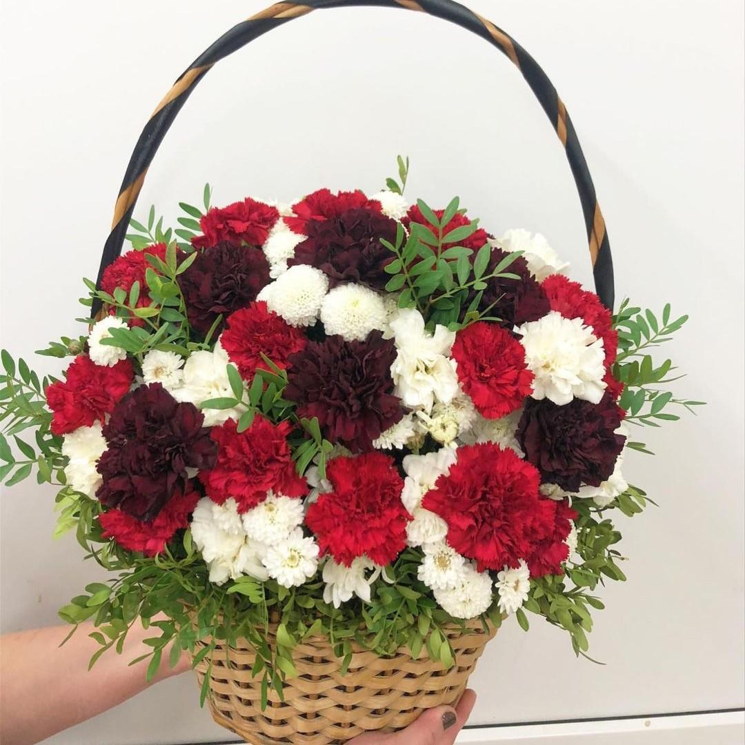 Гвоздики с хризантемами в корзине Гвоздики Красные Venus in Fleurs