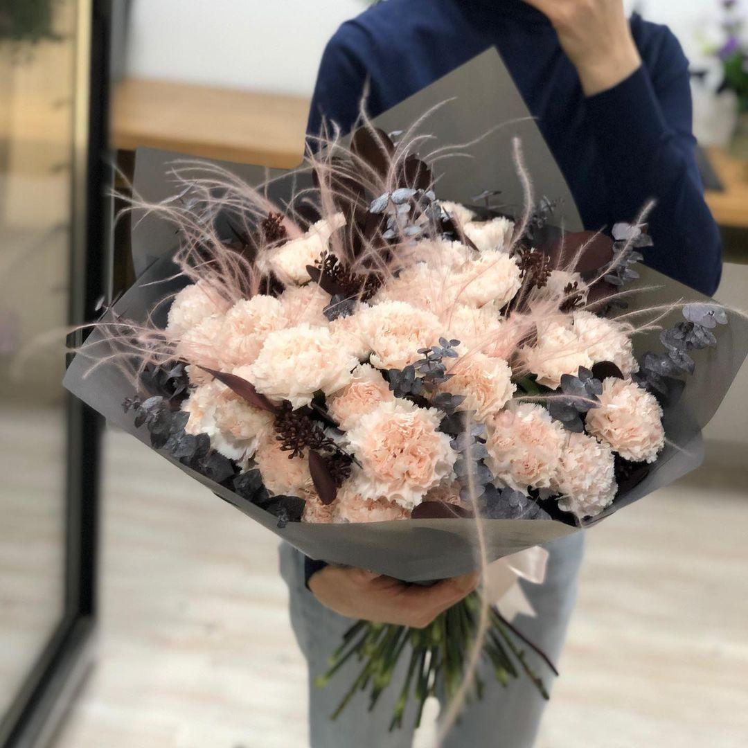 51 гвоздика с эвкалиптом и сухоцветом Гвоздики Розовые Venus in Fleurs