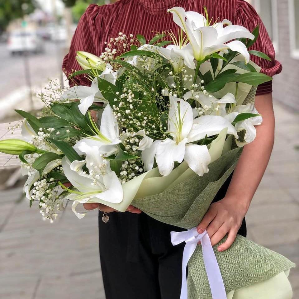 9 лилий с листьями в букете Лилии Белые Venus in Fleurs