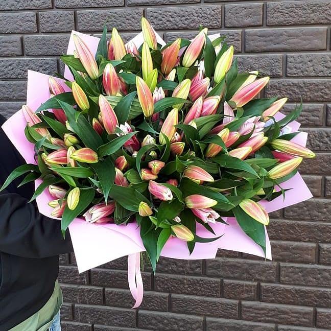 51 лилия в букете Розовые Venus in Fleurs