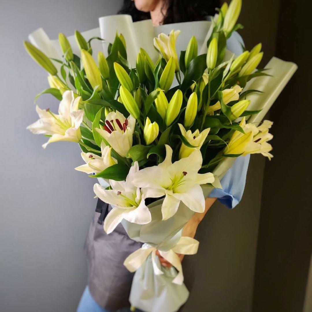19 лилий в букете Лилии Белые Venus in Fleurs