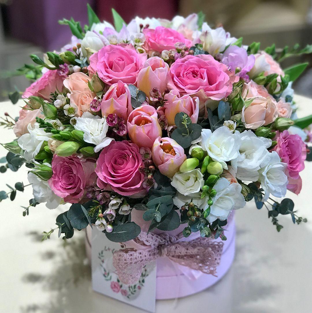 Нежный микс из фрезий в коробке Фрезии Розовые Venus in Fleurs