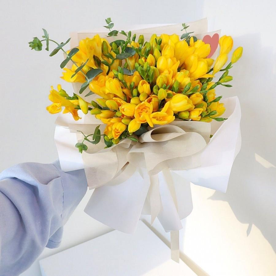 15 желтых фрезий в букете Фрезии Желтые