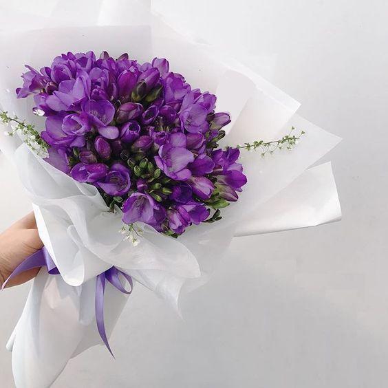 15 фиолетовых фрезий в букете Фрезии Фиолетовые
