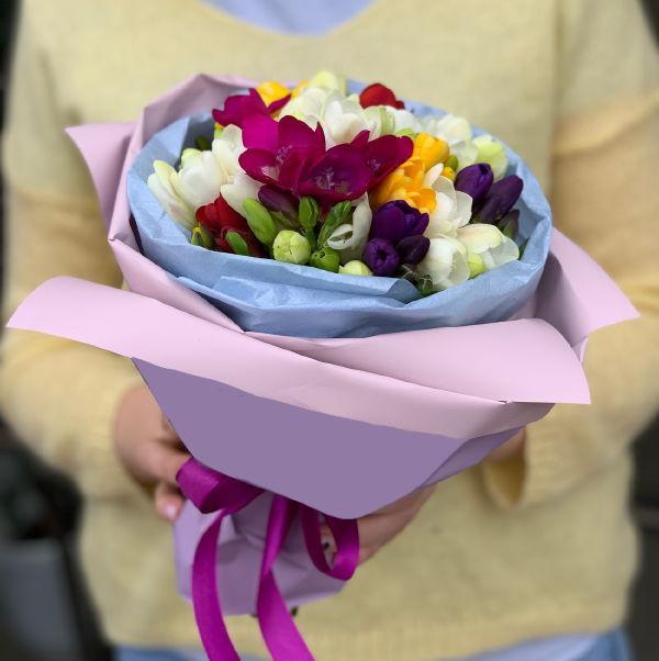 15 цветных фрезий в букете Фрезии Розовые